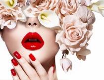 头戴鲜花的红唇美甲美女摄影图片