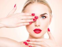 展示美甲的红唇美女模特摄影图片