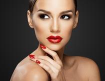 露肩的性感红唇美甲模特摄影图片