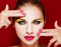 红唇彩妆美甲美女脸部特写摄影图片