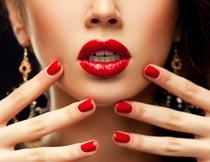 性感诱人的红唇美甲模特摄影图片