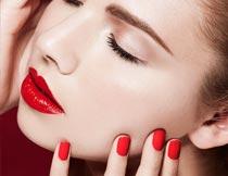 手摸脸颊性感红唇美甲模特摄影图片