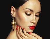 戴耳坠的性感红唇美甲模特摄影图片