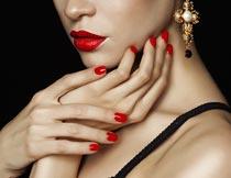 摸脖子的性感红唇美甲模特摄影图片