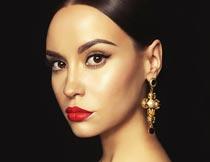 戴耳坠的性感红唇美女模特摄影图片
