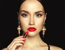 拿红色唇膏的性感美女模特摄影图片