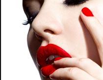 手摸红唇的性感美甲模特摄影图片