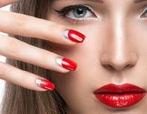 展示红唇美甲的彩妆美女摄影图片