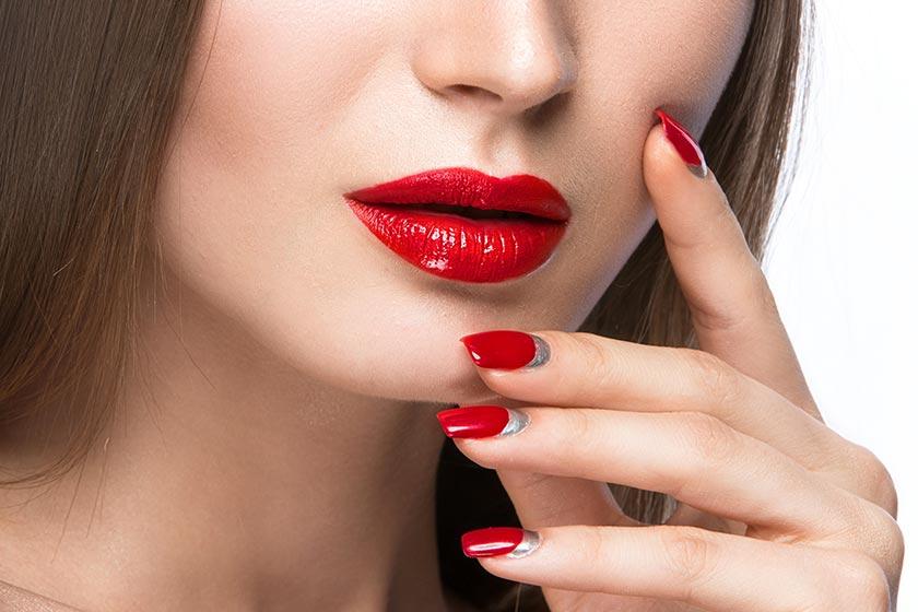 人物图库摄影高清大图图片素材 素材描述: 摸脸颊的性感红唇美甲模特