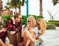 一群开心聊天的墨镜美女摄影图片