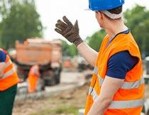 戴安全帽工地上施工的男人摄影图片