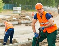 头戴安全帽工地施工的男人摄影图片