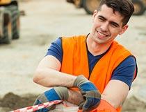 工地上开心施工工作的男人摄影图片