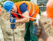 工地上拉线检测水平的工人摄影图片