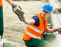 传递砖块施工作业的男人摄影图片