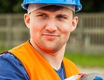 开心微笑着施工作业的男人摄影图片