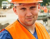 道路工地上戴安全帽的男人摄影图片