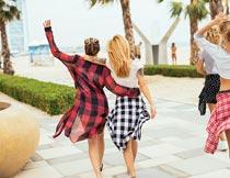 搂抱行走的一群美女背影摄影图片
