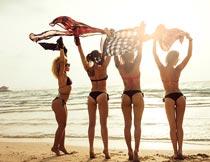 黄昏海滩边性感的泳装美女摄影图片