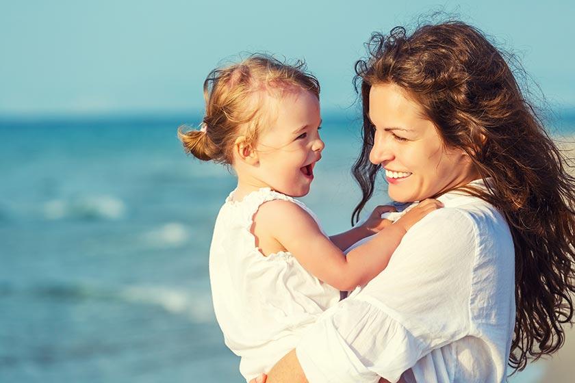 开心抱着女儿的年轻妈妈摄影图片
