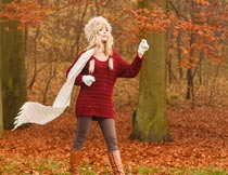 秋天枫树林穿红毛衣的美女摄影图片