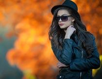 戴帽子墨镜穿皮夹克的美女摄影图片
