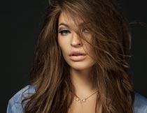 微张嘴巴性感的长发美女摄影图片