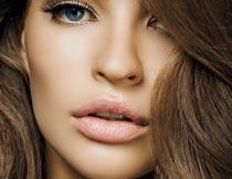 微张嘴巴的卷发美女局部摄影图片
