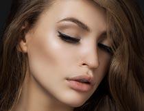 棕色长发美女模特侧脸特写摄影图片
