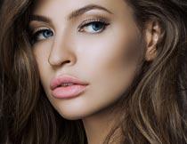 性感美丽的棕色卷发模特摄影图片