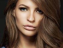 戴项链的棕色卷发美女模特摄影图片