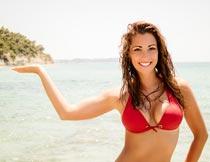 海岸边笑容灿烂的泳装美女摄影图片