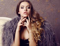 时尚性感的卷发美女模特摄影图片