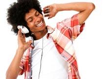 戴耳机微笑着听音乐的男人摄影图片