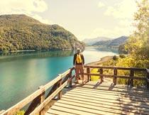 欣赏山水自然美景的游客摄影图片