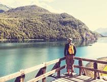 站在湖边欣赏风景的游客摄影图片