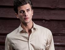 穿米色衬衫的英俊男人写真摄影图片