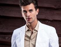 穿白色西装米色衬衫的帅哥摄影图片