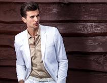 双手插兜里穿白西装的男士摄影图片