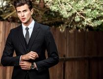 穿黑色西装的男性服装模特摄影图片