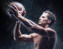在雨中投篮的猛男运动员摄影图片