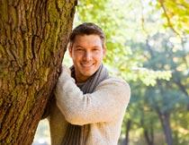 秋天大树旁微笑的外国男人摄影图片