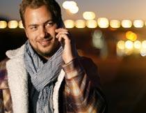 夜光下手机打电话的男人摄影图片