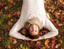 秋天躺在树叶上的男人俯拍摄影图片