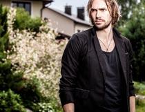 穿黑色西服的长发欧美帅哥摄影图片