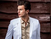 双手插兜里穿白西装的型男摄影图片