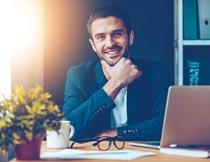 坐办公室前微笑的商务男人摄影图片