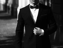 街道上穿黑色西装商务男人摄影图片