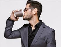 喝咖啡的职业商务男人侧脸摄影图片