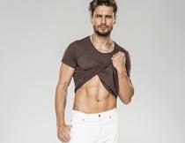 掀起衣服展示腹肌的帅哥摄影图片